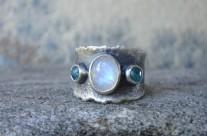 Celebríana – srebrna obrączka z kamieniem księżycowym i apatytami