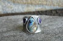 Lómë – srebrna obrączka z labradorytem i ametystami