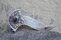 Atalantë – Upadła kometa – srebrna brosza z opalowym matrixem