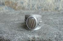 Túm – szeroka srebrna obrączka z krzemieniem pasiastym