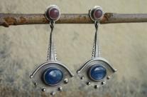 Tindómerel I – długie srebrne kolczyki z kyanitami i rubinami