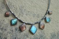 Ningloron – srebrny naszyjnik z labradorytami i kamieniem słonecznym
