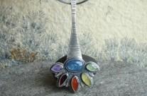 Yavë – srebrny wisior z kolorowymi kamieniami