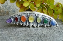 Oiolaïre – srebrna brosza z kolorowymi kamieniami