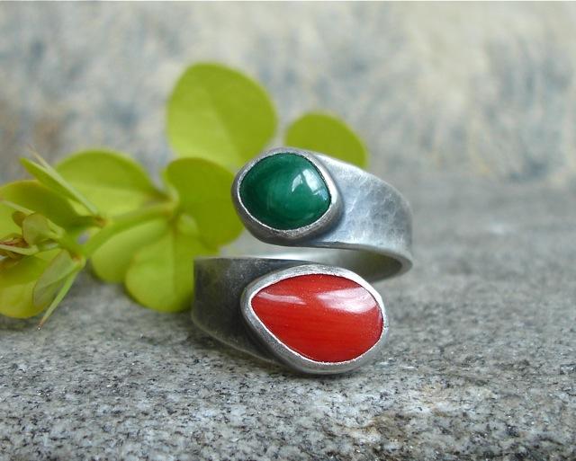 Ruban – srebrny pierścionek z koralowcem i malachitem
