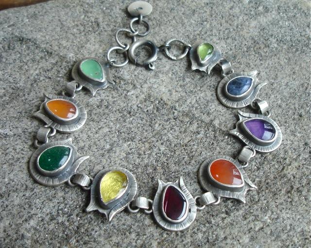 Oiolaire – srebrna bransoleta z kolorowymi kamieniami