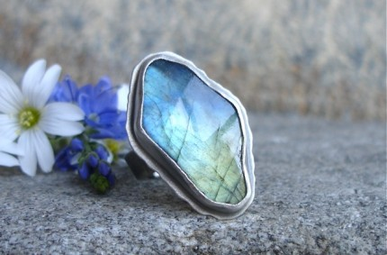 Nòmin – srebrny pierścień z labradorytem