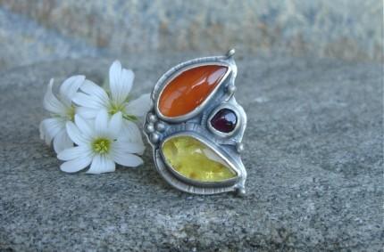 Flos Solaris – srebrny pierścień z karneolem i bursztynem