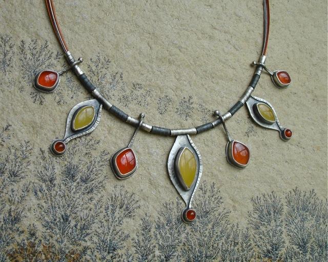 Solaris – srebrny ręcznie wykonany naszyjnik z bursztynami i karneolami
