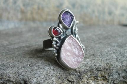 Hisilómë – srebrny ręcznie wykonany pierścień z kwarcem różowym