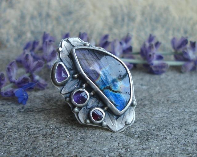Soronúmë – srebrny ręcznie wykonany pierścień z labradorytem
