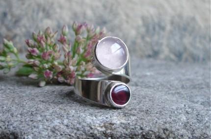 Ruban – srebrny pierścionek z kwarcem różowym i granatem