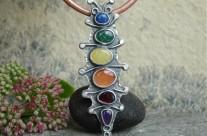 Goście z Ogrodu – srebrny wisior z kolorowymi kamieniami