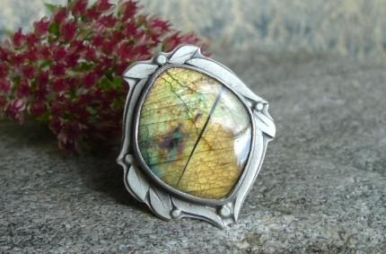 Cormallen – srebrny pierścień ze złotym labradorytem