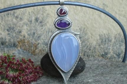 Ringlö – srebrny wisior z błękitnym chalcedonem