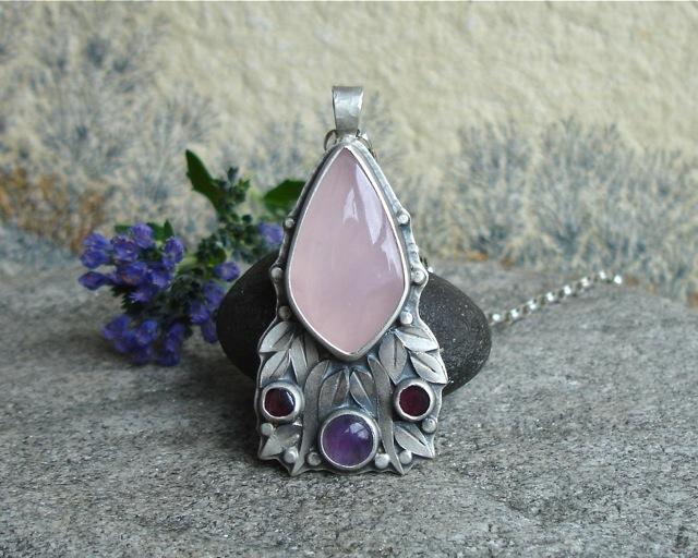 Faelivrin – srebrny wisior z kwarcem różowym, ametystem i granatami