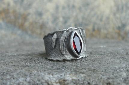 Beau – srebrna obrączka z granatem