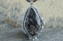 Turritella – srebrny wisior z jaspisem muszlowym