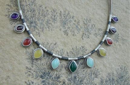 Quenta – srebrny naszyjnik z kolorowymi kamieniami