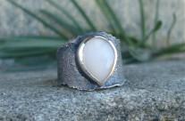 Esgal – srebrny pierścień z kamieniem księżycowym