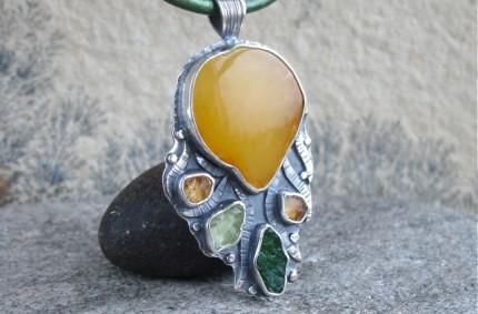 Majar – srebrny wisior z bursztynem