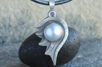 Loth – srebrny wisiorek z perłą