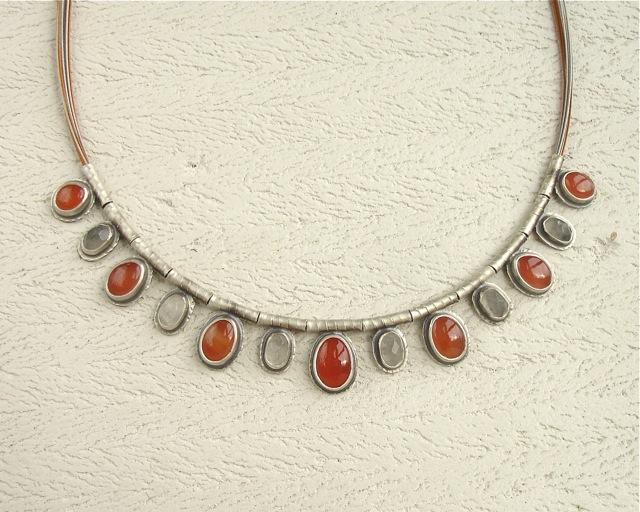 Jesienne Mgły – naszyjnik z karneolem i kwarcem szarym