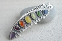 Belegaer – srebrna brosza z kolorowymi kamieniami