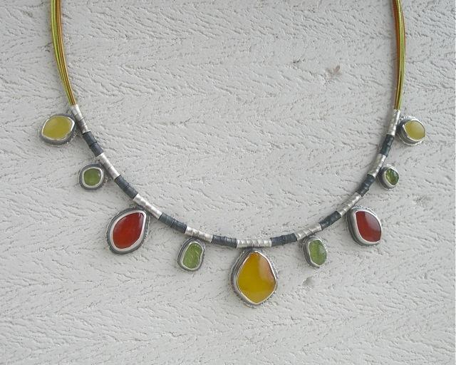 Aerina – srebrny naszyjnik z bursztynem karneolem i oliwinem