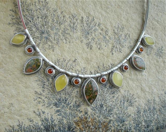 Pinnath Gelin – srebrny naszyjnik z unakitem, bursztynem i karneolem