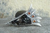 "Elimia – srebrna brosza z ""jaspisem muszlowym"""