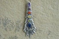 Beleager – srebrny wisior z kolorowymi kamieniami