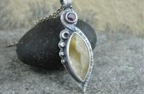 Malluin – srebrny wisiorek z kwarcem rutylowym