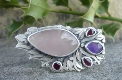 Faelivrin – srebrna brosza z kwarcem różowym