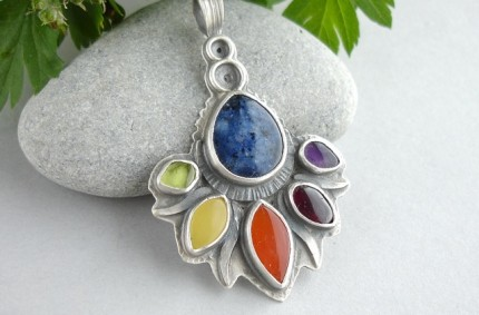 Oiolaire – srebrny wisior z kolorowymi kamieniami