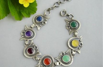 Oiolaire – srebrna bransoletka z kolorowymi kamieniami