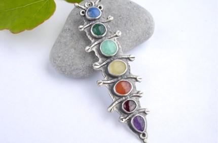 Goście z Ogrodu – srebrny kolorowy wisior z kamieniami
