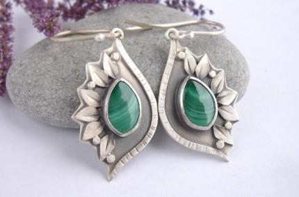 Taur-nu – srebrne kolczyki z malachitem
