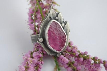 Rosaceae – srebrny pierścień z turmalinem różowym