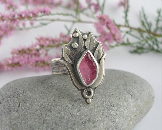 Rosaceae – srebrny pierścionek z różowym turmalinem