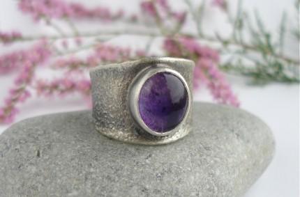 Surowy – srebrna obrączka z ametystem