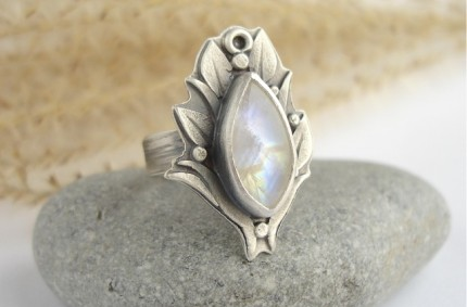 Królowa Śniegu – srebrny pierścień z kamieniem księżycowym