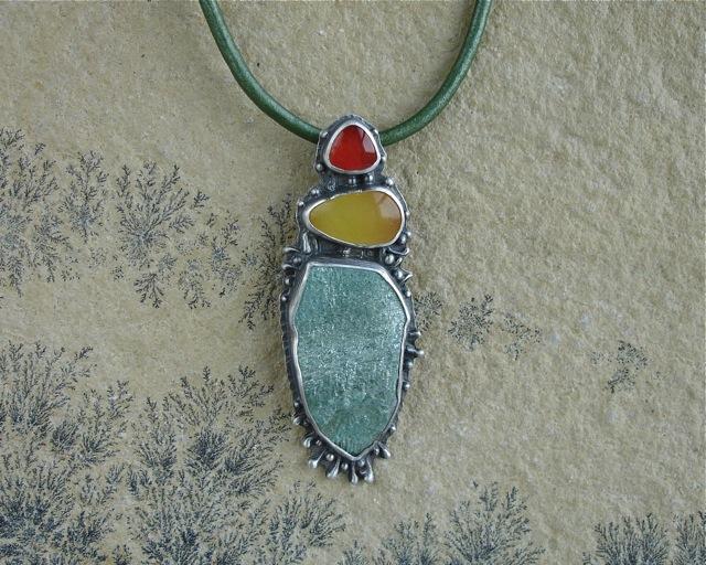 Fimbrethil – srebrny wisior z fuchsytem