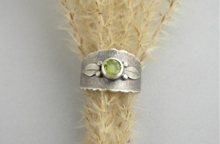 Olive – srebrna obrączka z oliwinem