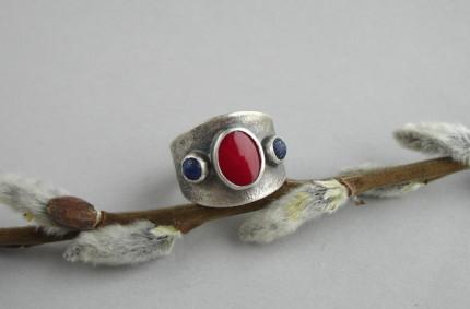 Ereg – srebrna obrączka z koralem i lapis lazuli
