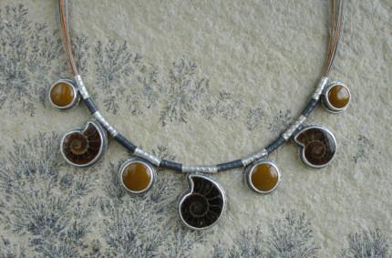 Paleo  – srebrny naszyjnik z amonitami i mokaitem