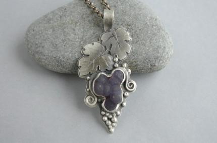 Vitis Vinifera – srebrny wisiorek z chalcedonem gronowym