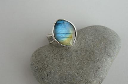 Luin – srebrny pierścionek z labradorytem