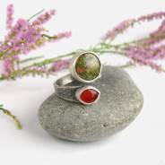 Ruban – srebrny pierścionek z unakitem i karneolem
